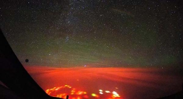 красное свечение над Тихим океаном